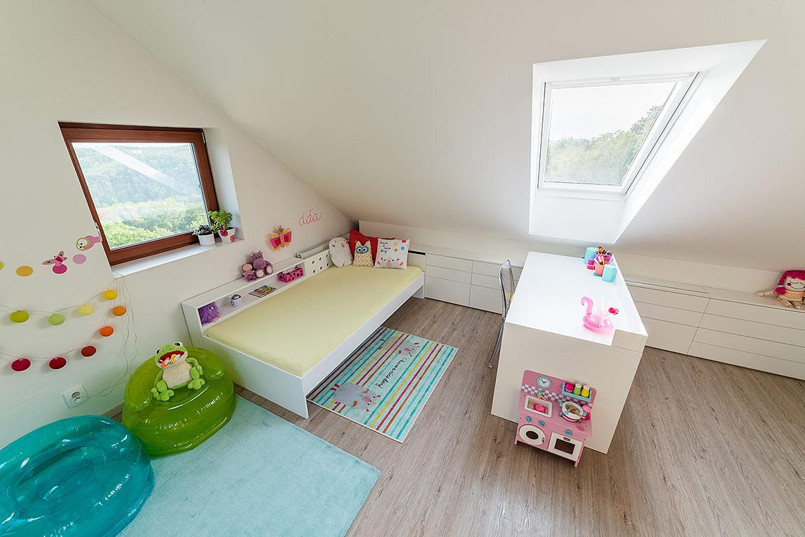 Podkrovní dětský pokoj – postele a stoly jsou lakované a zlehkého měkkého dřeva pro snadnou manipulaci