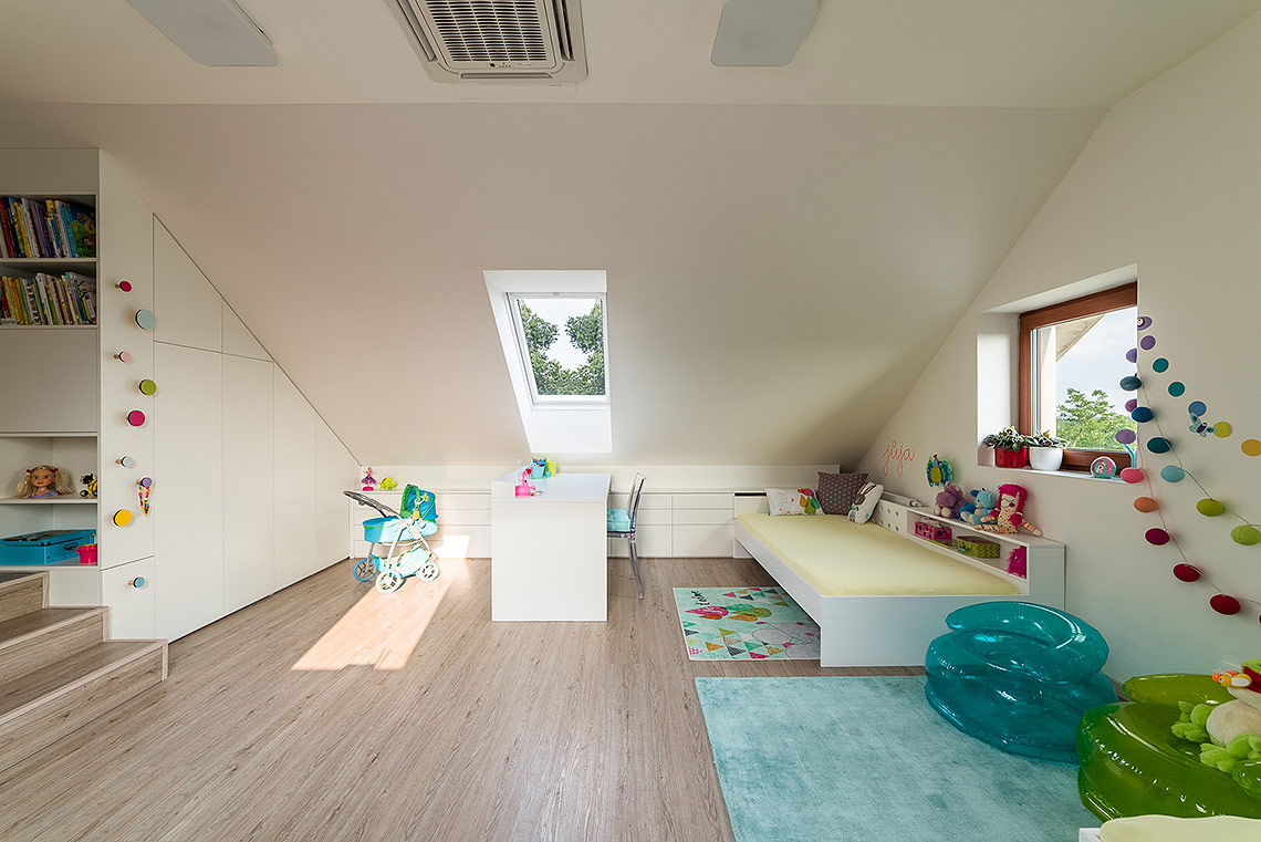 Pokojíček – všechny úložné prostory byly vyrobeny na míru