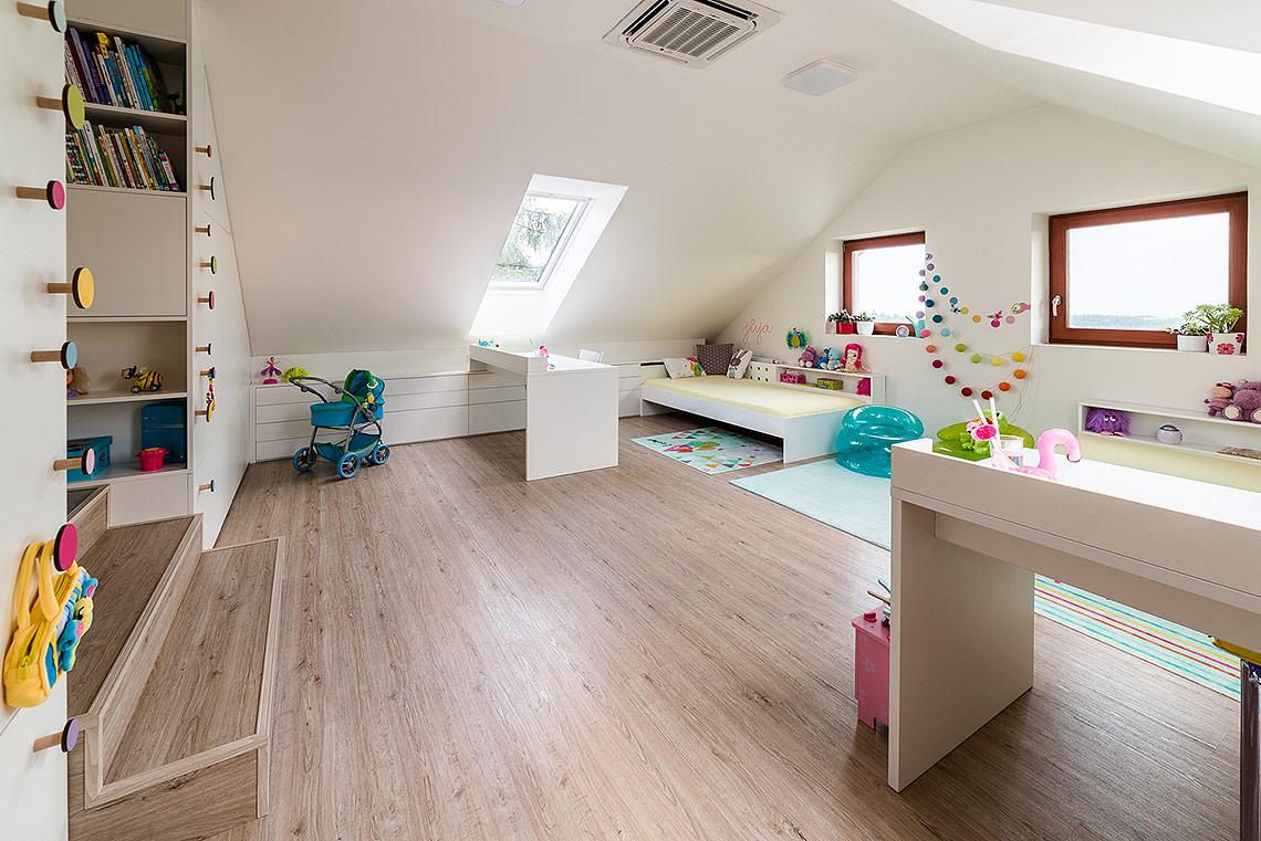 Doplňky do dětského pokoje – dřevěné háčky usnadňují dětem úklid drobností a roznošeného ošacení
