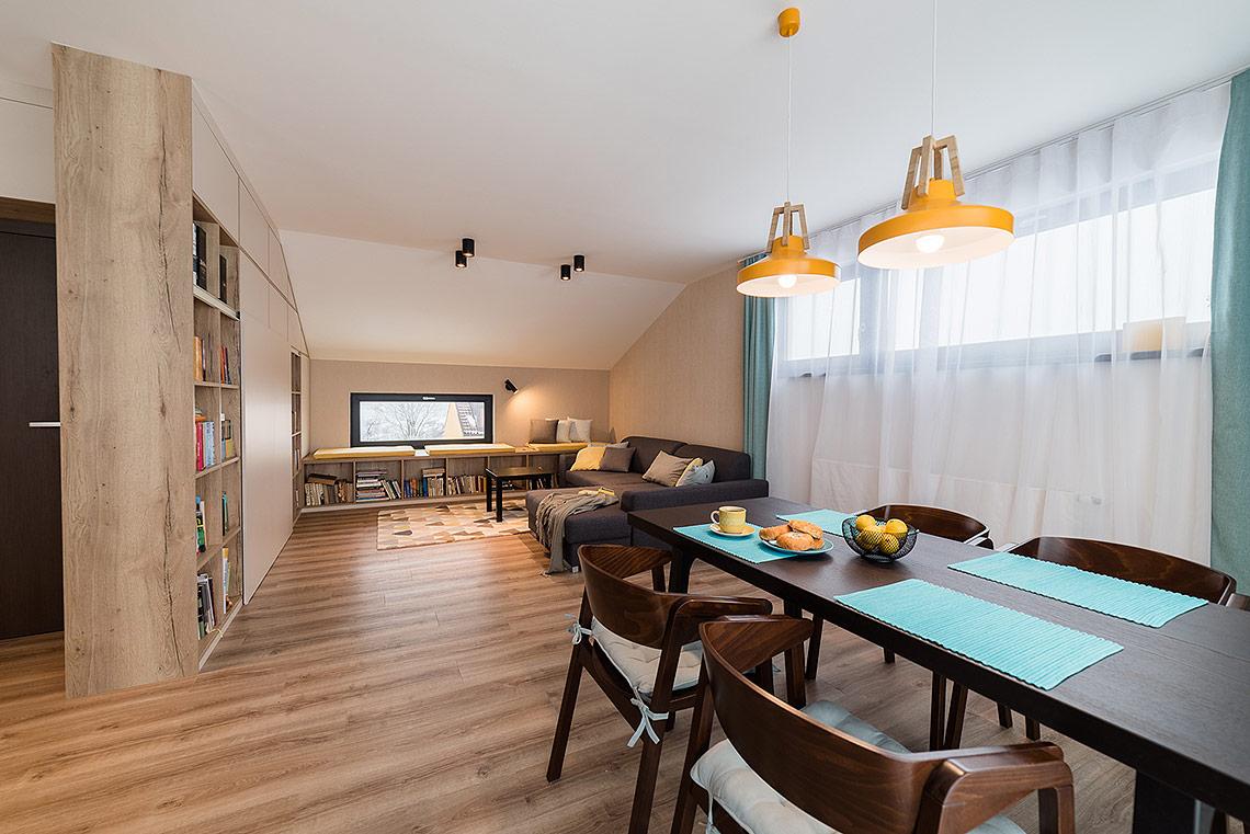 Jídelní stůl – také zde se objevují oblíbené barvy paní majitelky, které se prolínají celým domem