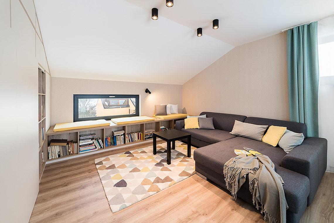 Obývací pokoj – velká lavice pod oknem funguje vpřední části jako knihovna, vzadní jako úložný prostor svýklopy a je oblíbeným místem k relaxu