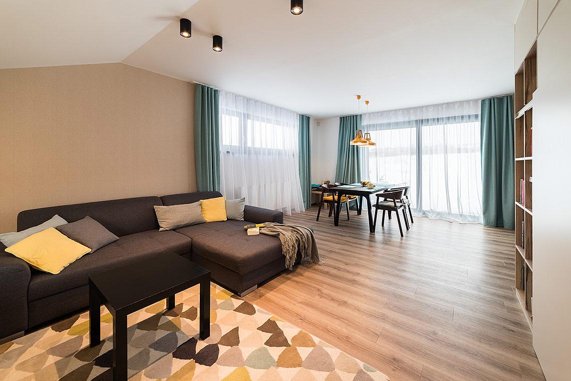 Obývací pokoj – majitelé se mohou těšit výhledy z oken na přírodu vblízkosti Moravského krasu