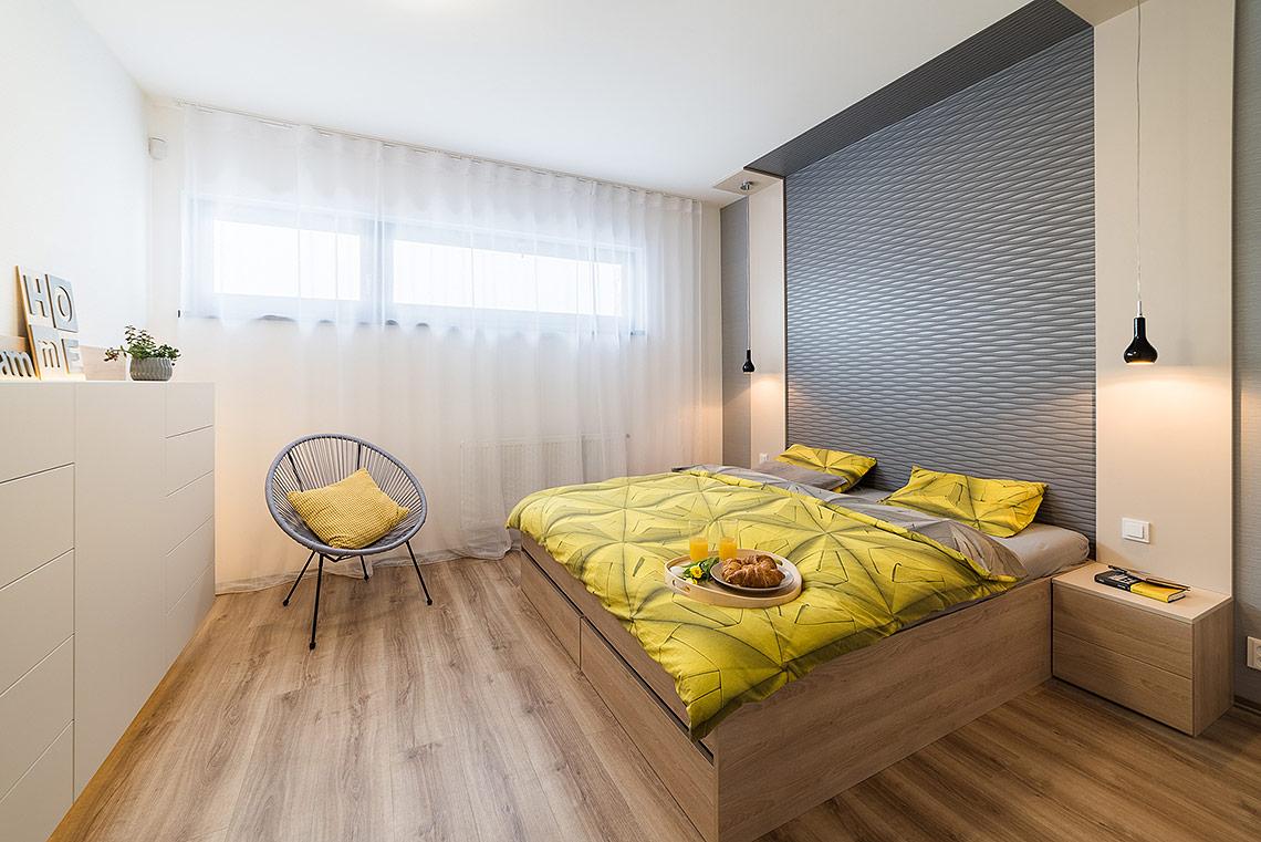 Ložnice – i zde materiály a barevnost navazují na hlavní obytný prostor