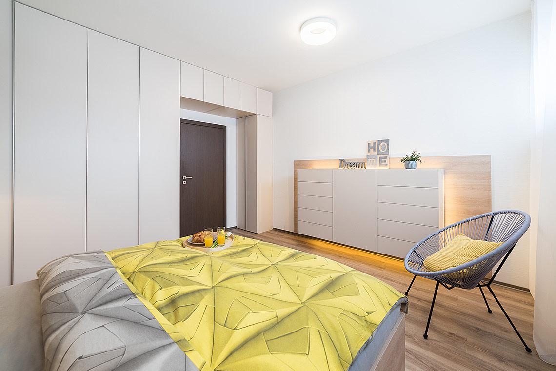 Ložnice – závěsná komoda je opatřena nepřímým LED osvětlením, které vytváří klidnou atmosféru