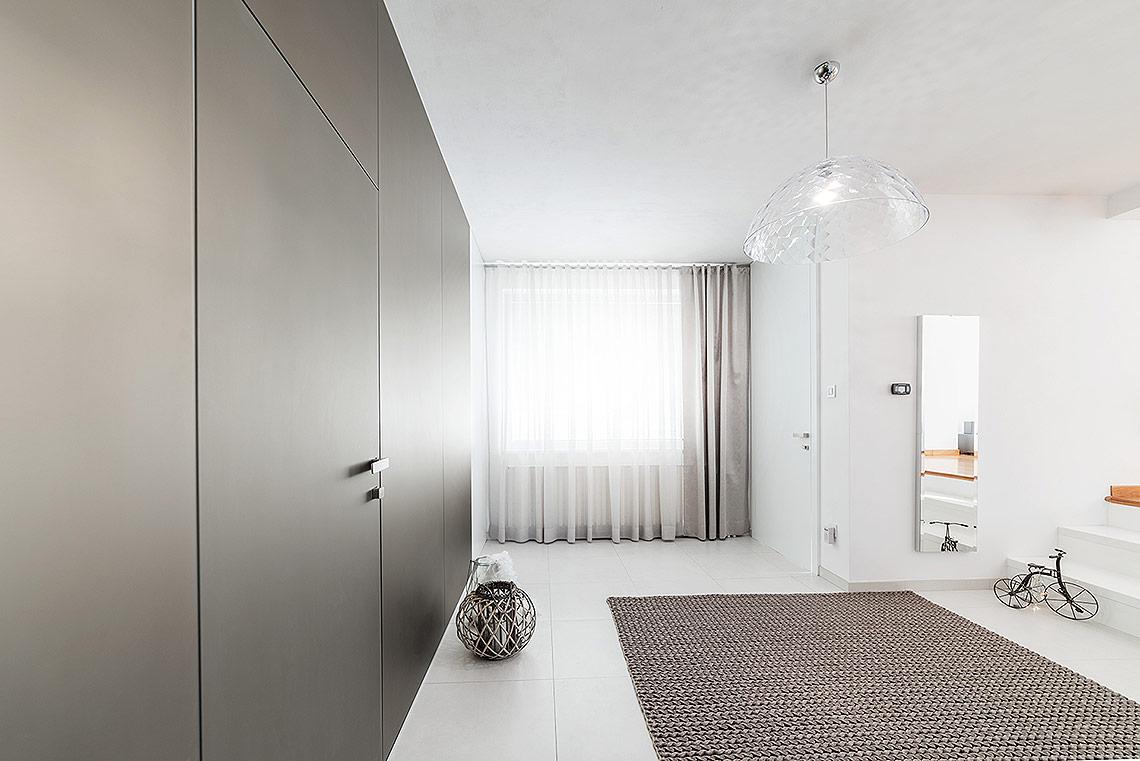 Vstupní hala – celek působí čistě a minimalisticky také díky skrytým zárubním