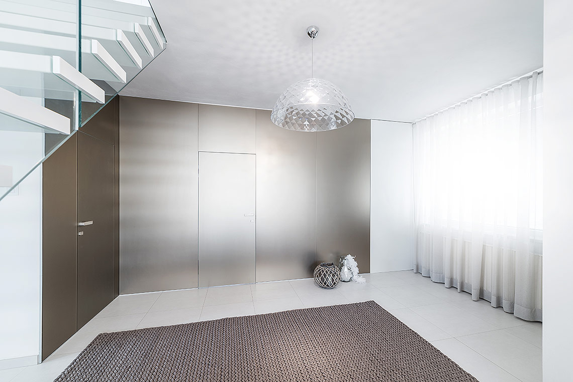 Vstupní hala – všechny použité materiály a barvy se velmi decentně doplňují, včetně použitého osvětlení
