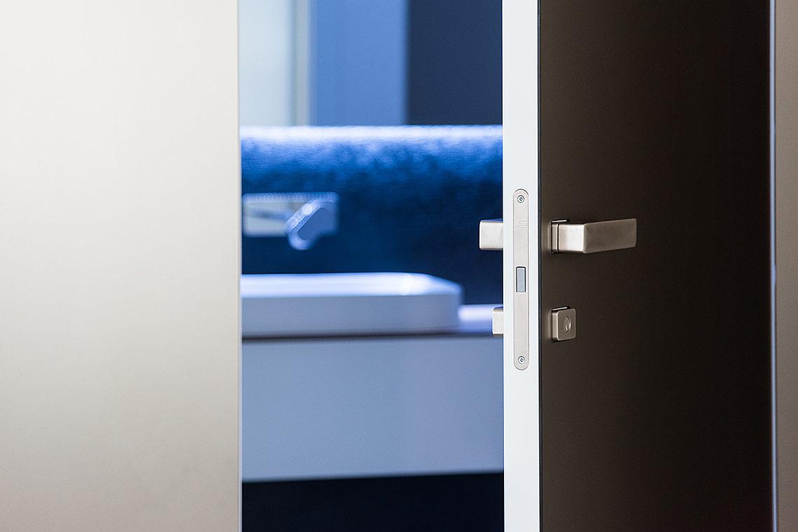 Detail dveří sklikou Minimal a průhled do koupelny