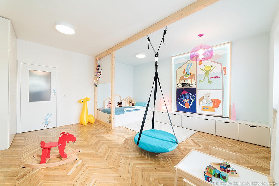 Pokojíček – zóna na spaní je oddělena od dveří roletkou,  obrazová tapeta funguje i jako doplňkové LED osvětlení