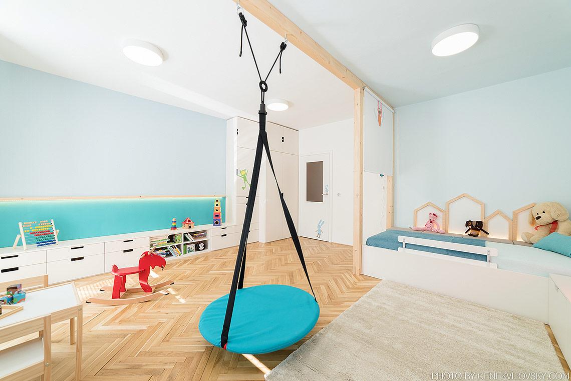 Rostoucí dětský pokoj – nízký nábytek na míru může být postupem času doplněn do výšky, magnetická tabule pro budoucí výtvory je nasvětlená LED páskem