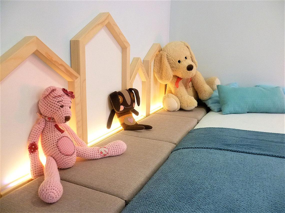 Osvětlení dětského pokoje – svítící domečky byly vyrobeny na zakázku