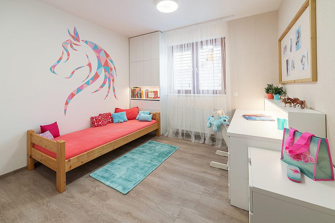 Dětský pokoj pro dívku – psací stůl a skříňka u postele byly vyrobeny na zakázku