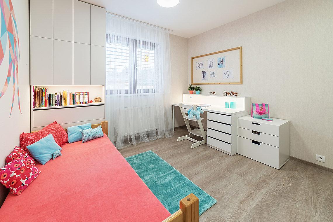 Dětský pokoj – nábytek na míru je opatřen integrovaným osvětlením ve formě LED pásků