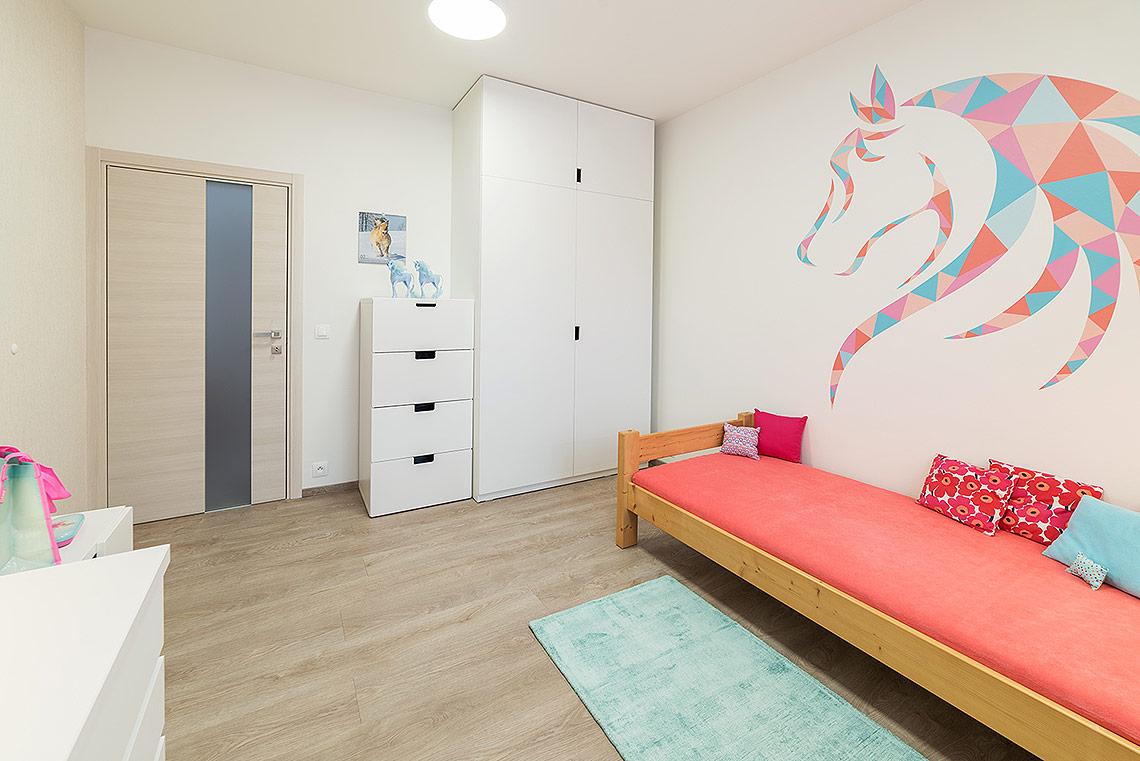 Pokojíček – grafika nad postelí byla vyrobena na zakázku