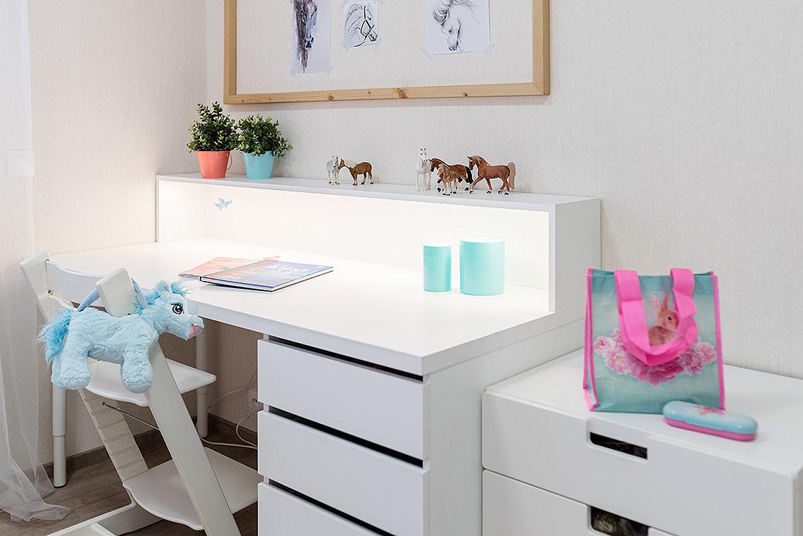 Psací stůl na míru, nástěnka na výtvory skoňskou tématikou je ze stejného dřeva jako postel