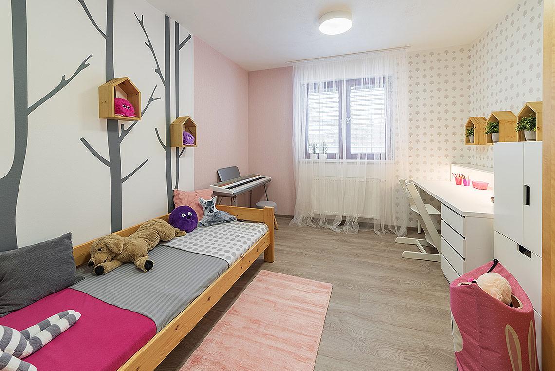 Dětský pokoj pro školačku smotivy stromů a lesa