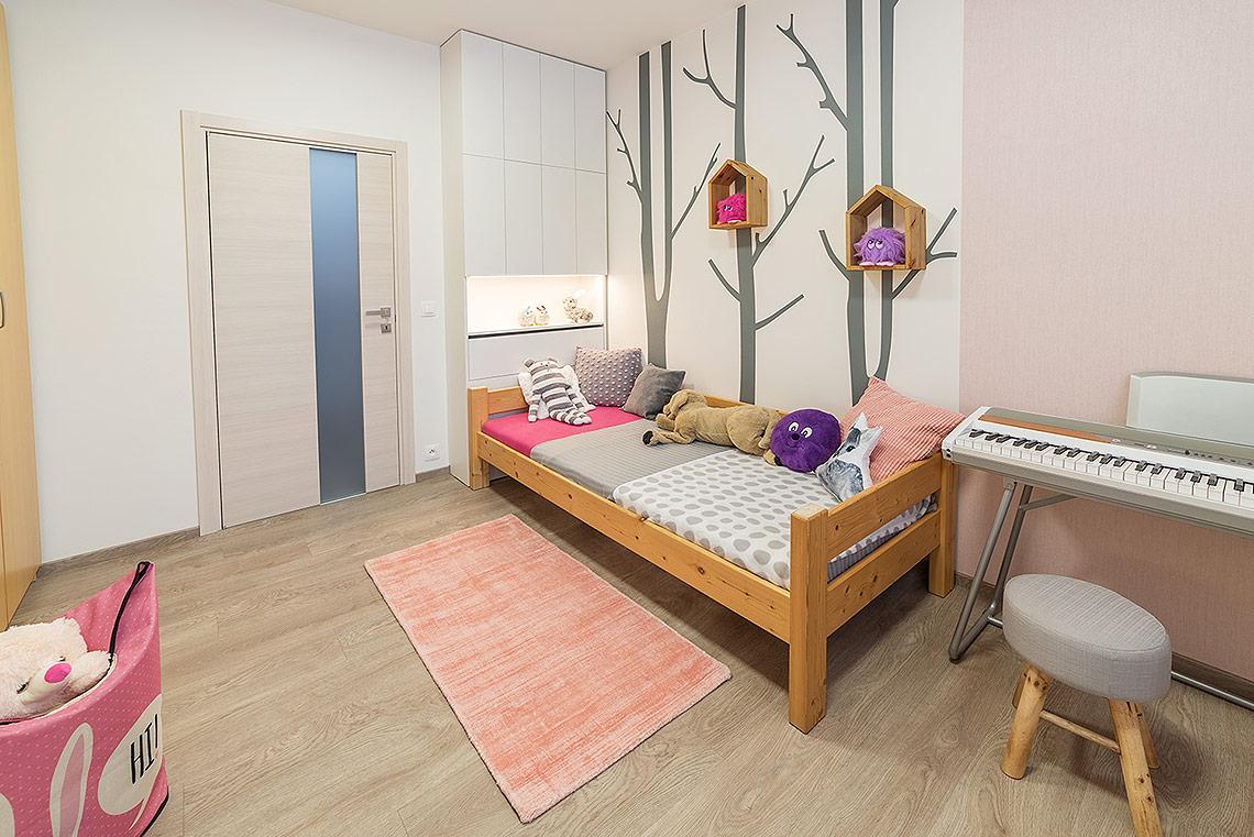 Budky na stěnách byly vyrobeny na zakázku záměrně ze stejného dřeva, jako původní postel