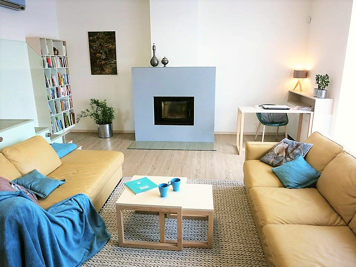 Obývací pokoj skrbem a pracovním koutem
