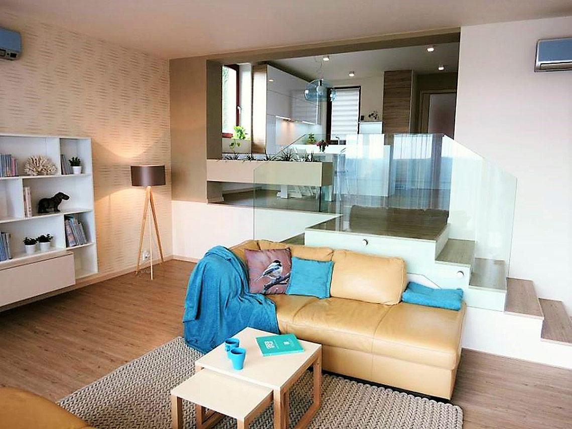 Pohled zobývacího pokoje do kuchyně
