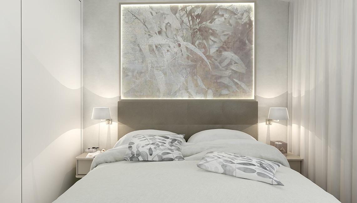 Ložnice – místnost není příliš velká, navíc má zešikmený strop, přesto se vešlo vše potřebné – kromě pohodlné boxspring postele také velká šatní skříň, která sahá téměř do výšky 3,5 m.