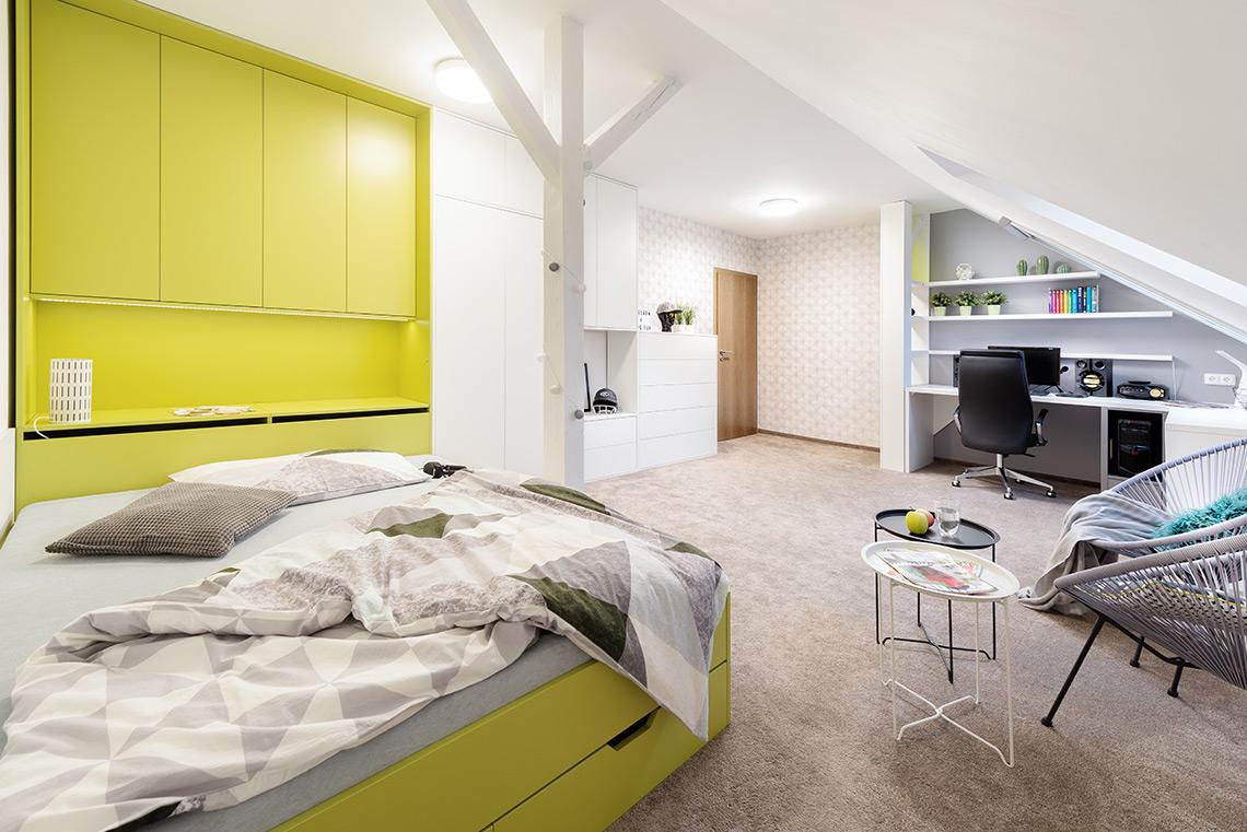 Návrh studentského pokoje – podkrovní místnost bylo zapotřebí přizpůsobit potřebám teenagera, místnosti dominuje velká postel
