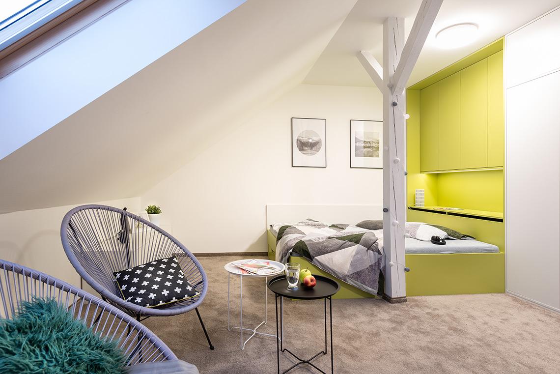 Studentský pokoj – místo pod šikminou lze využít jen pro nízký nábytek, vejdou se i vzdušná křesílka a v budoucnu i malá rozkládací pohovka