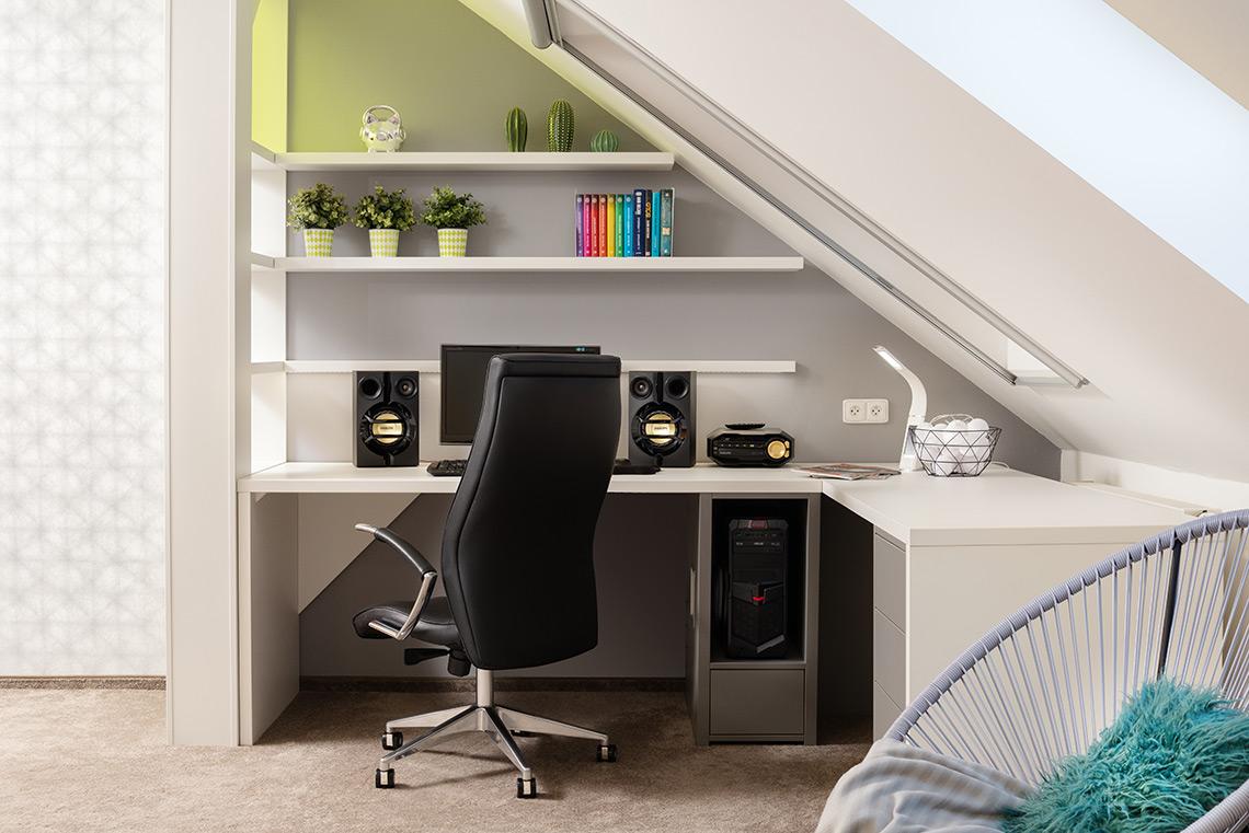 Studentský pokoj – u stěny je pod oknem velký pracovní stůl do L a nezbytné herní zázemí na PC, důležitá byla také pohodlná židle