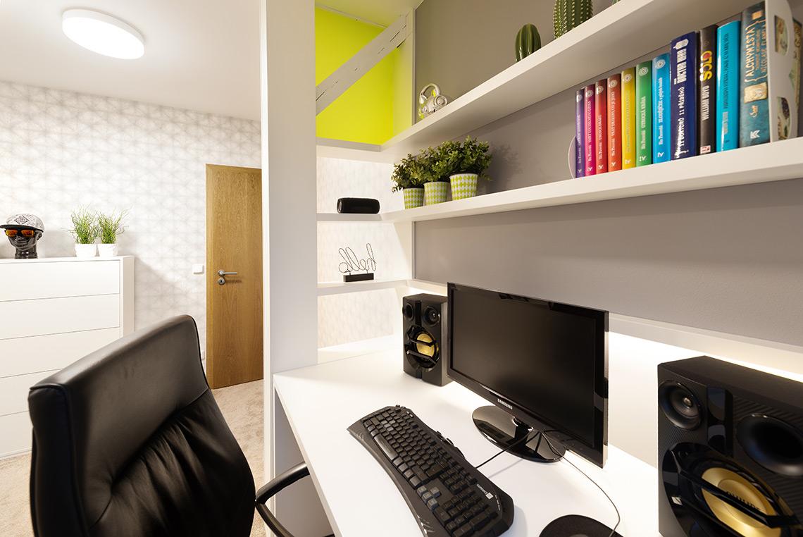 Studentský pokoj – v místnosti jsou dva nosné trámy, jeden z nich jsem využila díky opláštění k vytvoření zástěny mezi dveřmi a stolem pomocí poliček a průsvitného plexiskla ve stejné barvě, jako postel