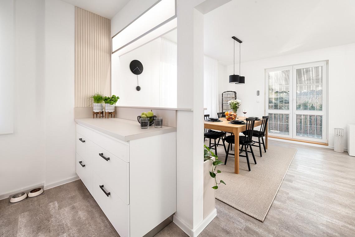 Jídelnu odděluje od kuchyně nosný prvek s pultíkem a integrovaným LED osvětlením z obou stran