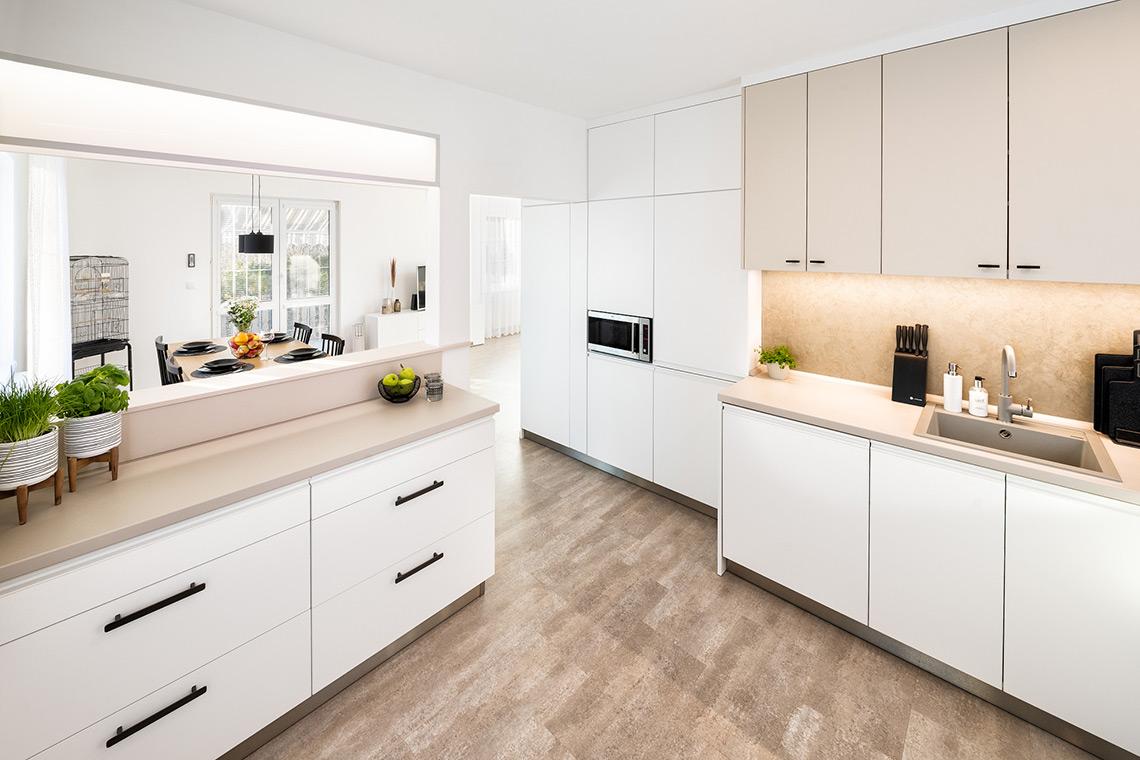 Spojený prostor obývacího pokoje s kuchyní a jídelnou propojuje nová vinylová podlaha, která nahradila původní dlažbu v kombinaci s laminátem