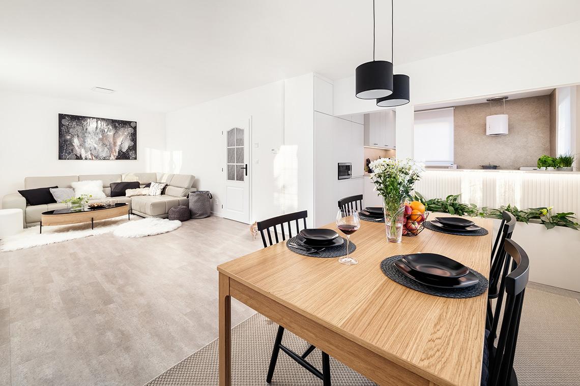 Autorský obraz majitelky je dominantou obývacího pokoje