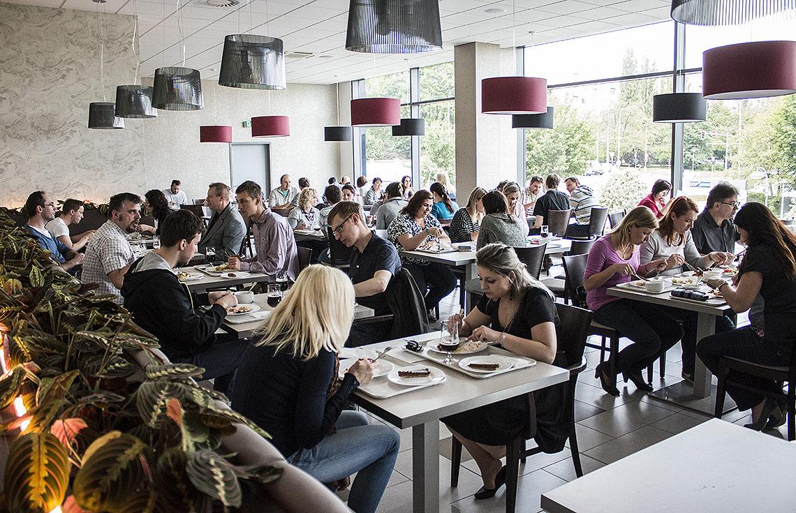 Restaurace a denní bistro – velká panoramatická okna zpříjemňují strávníkům polední pauzu na oběd