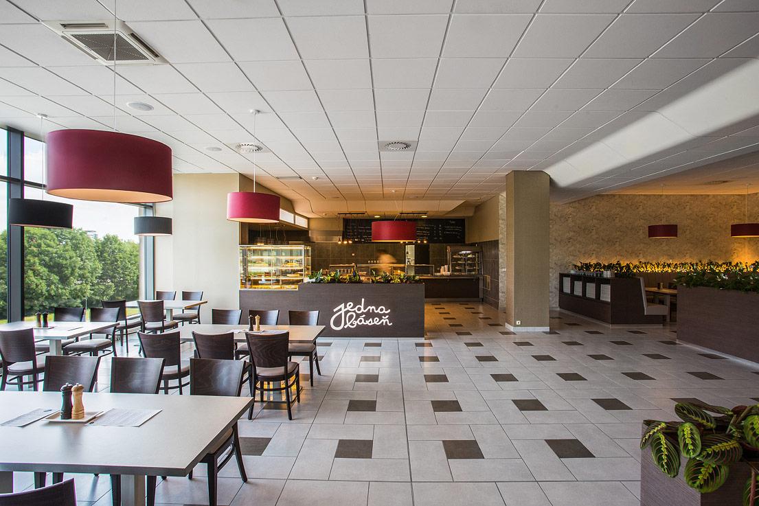 Návrh interiéru restaurace – pohled na hlavní prostor výdeje jídla