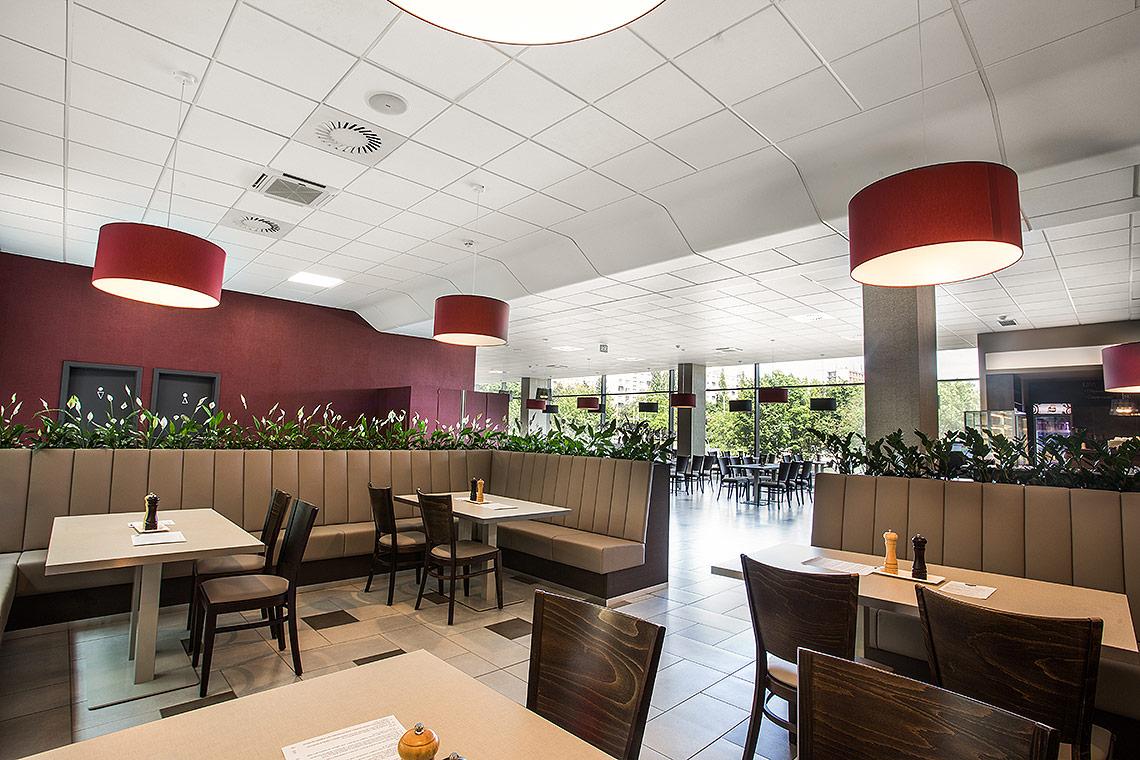 Restaurace – jídelní židle jsou od české firmy TON