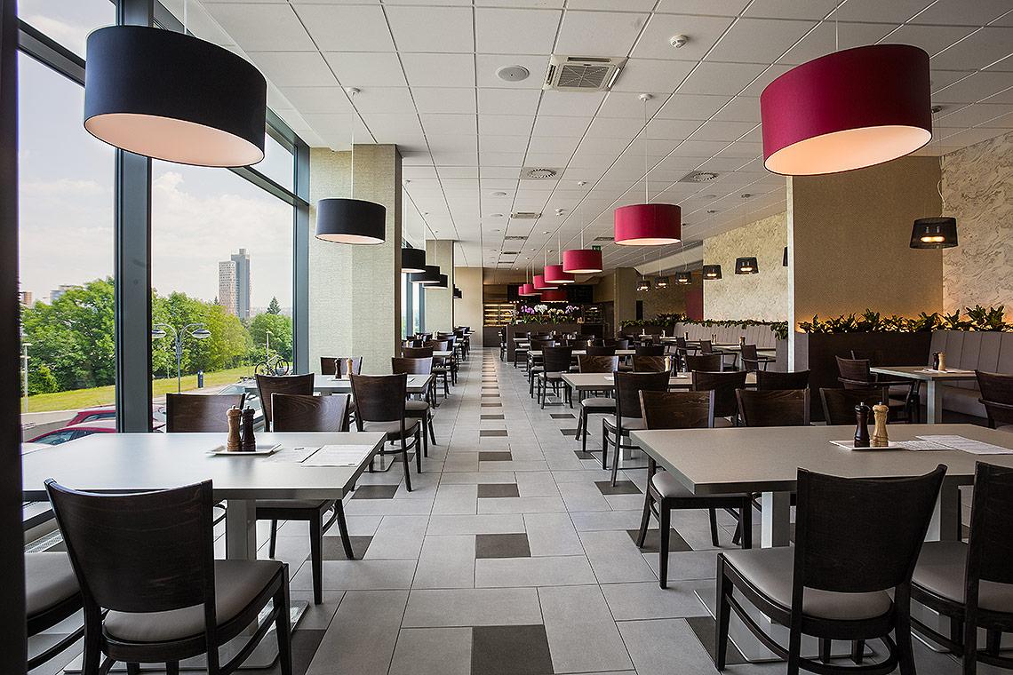 Interiér restaurace je využíván zejména ke stravování firem z okolních budov, kapacita jídelny je přes 100 osob