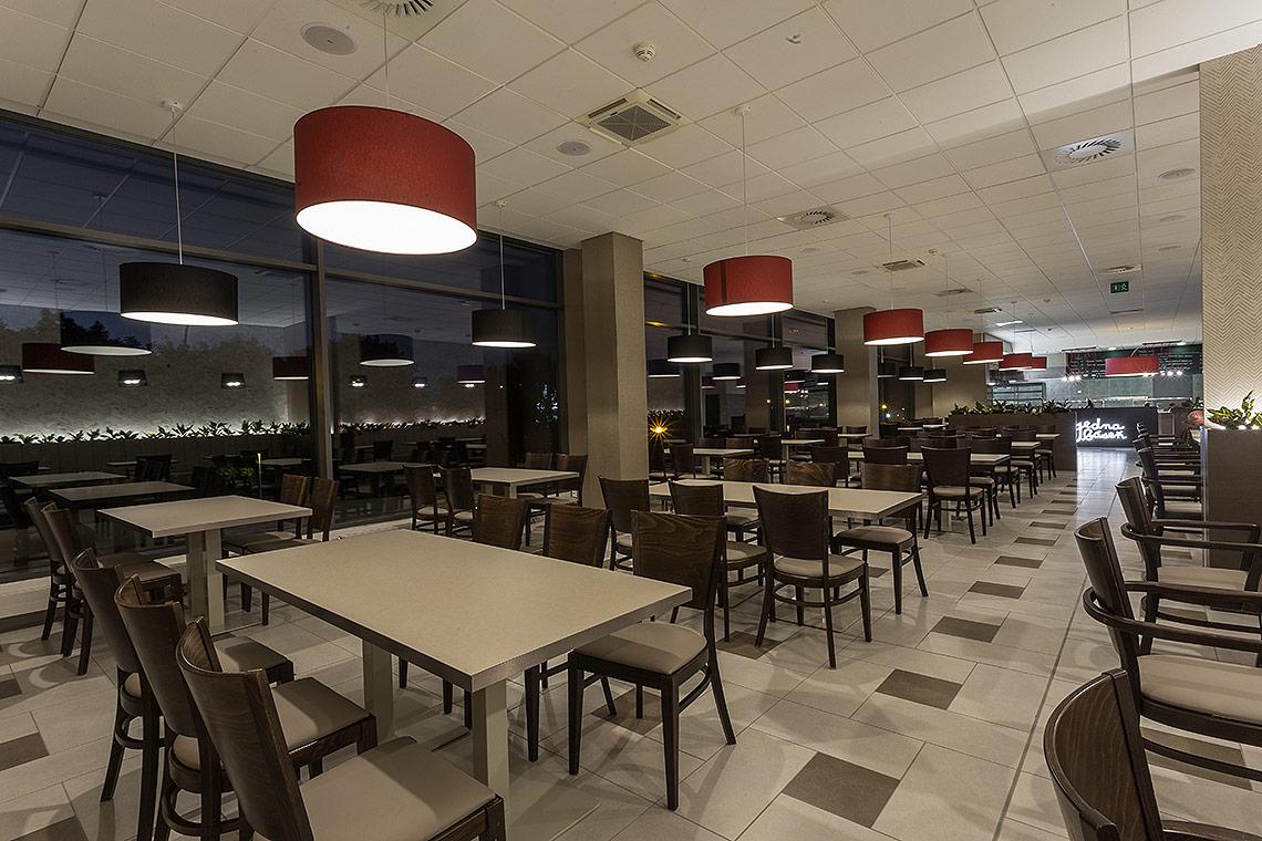 Interiér restaurace a jídelny