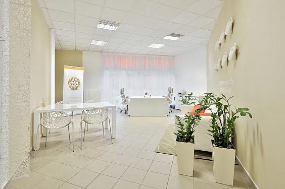 Návrh interiéru kanceláře – záclony, závěsné dekorace, pohodlné židle srostlinným vzorem, světlé barvy – to vše místnost prosvětlilo a zútulnilo