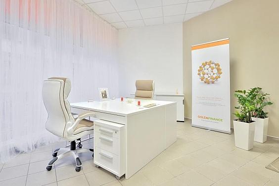 Návrh kanceláře – záclona vytváří klidnou atmosféru, pracovní stoly a židle jsou vjemných ženských odstínech